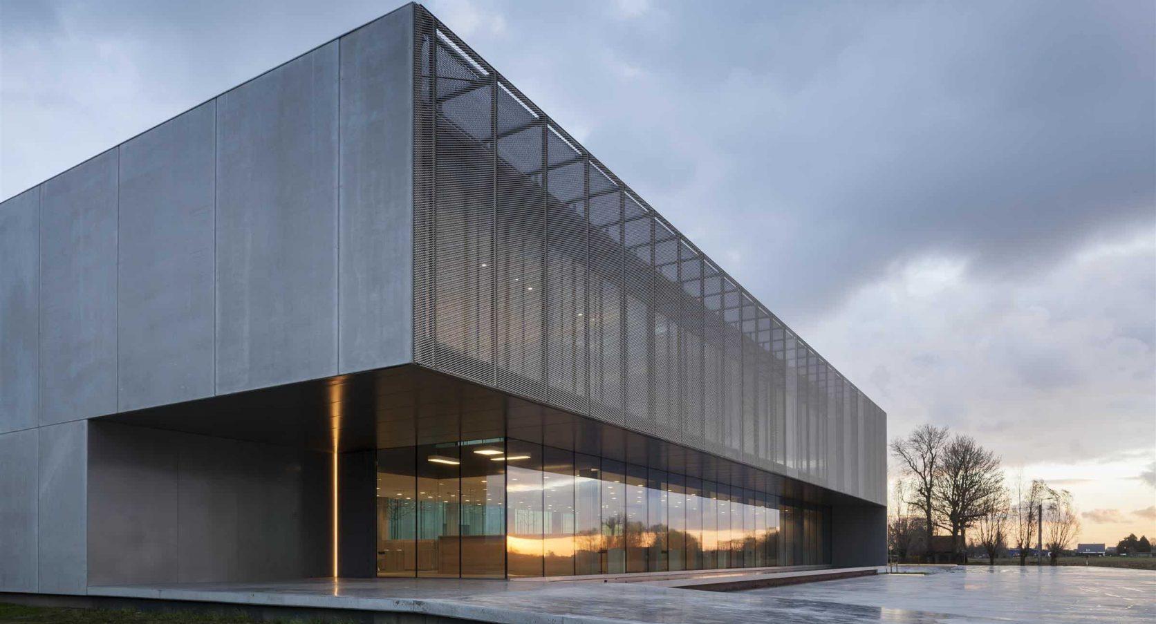 Zijkant van het gebouw ROB te Ardooie in België voorzien van strekmetalen gevels die zonwerend zijn