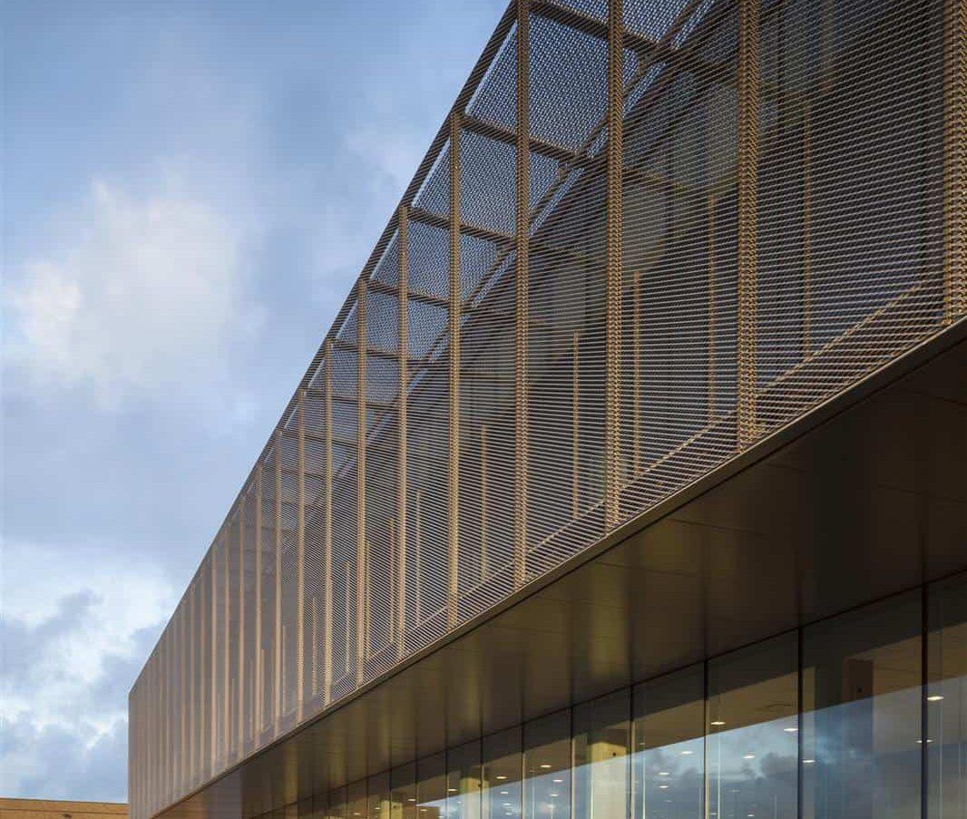 Close-up van de gevelbekleding met MD Strekmetaal van het gebouw ROB te Ardooie in België