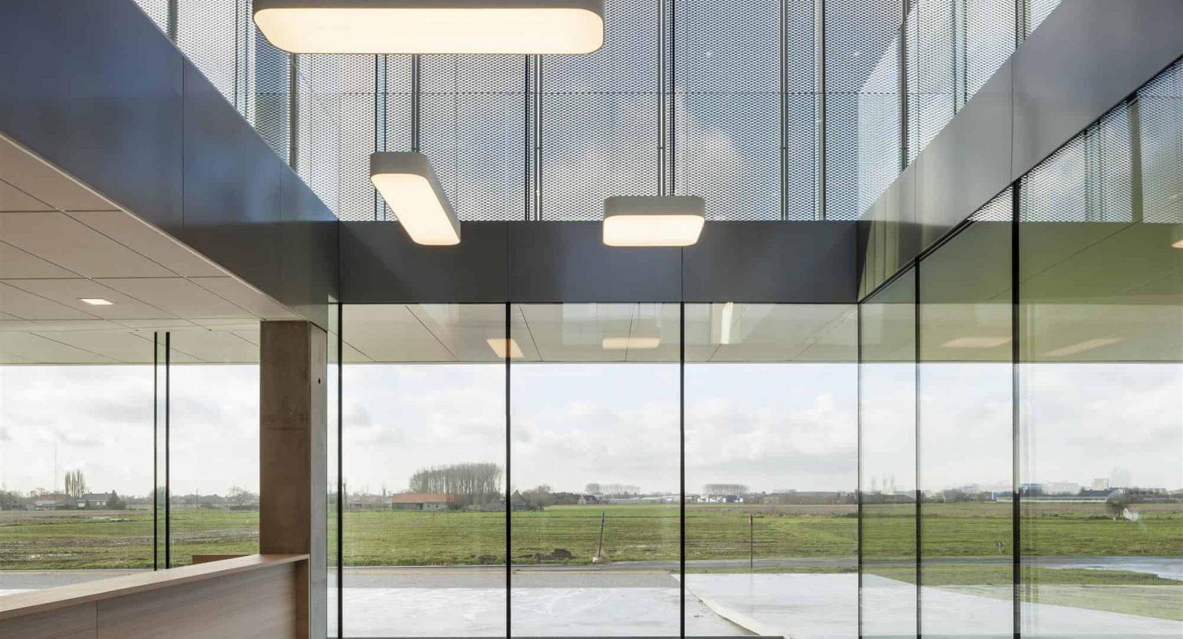 Van binnen uit bekeken dient de gevelbekleding van het gebouw ROB te Ardooie in België als zonwering