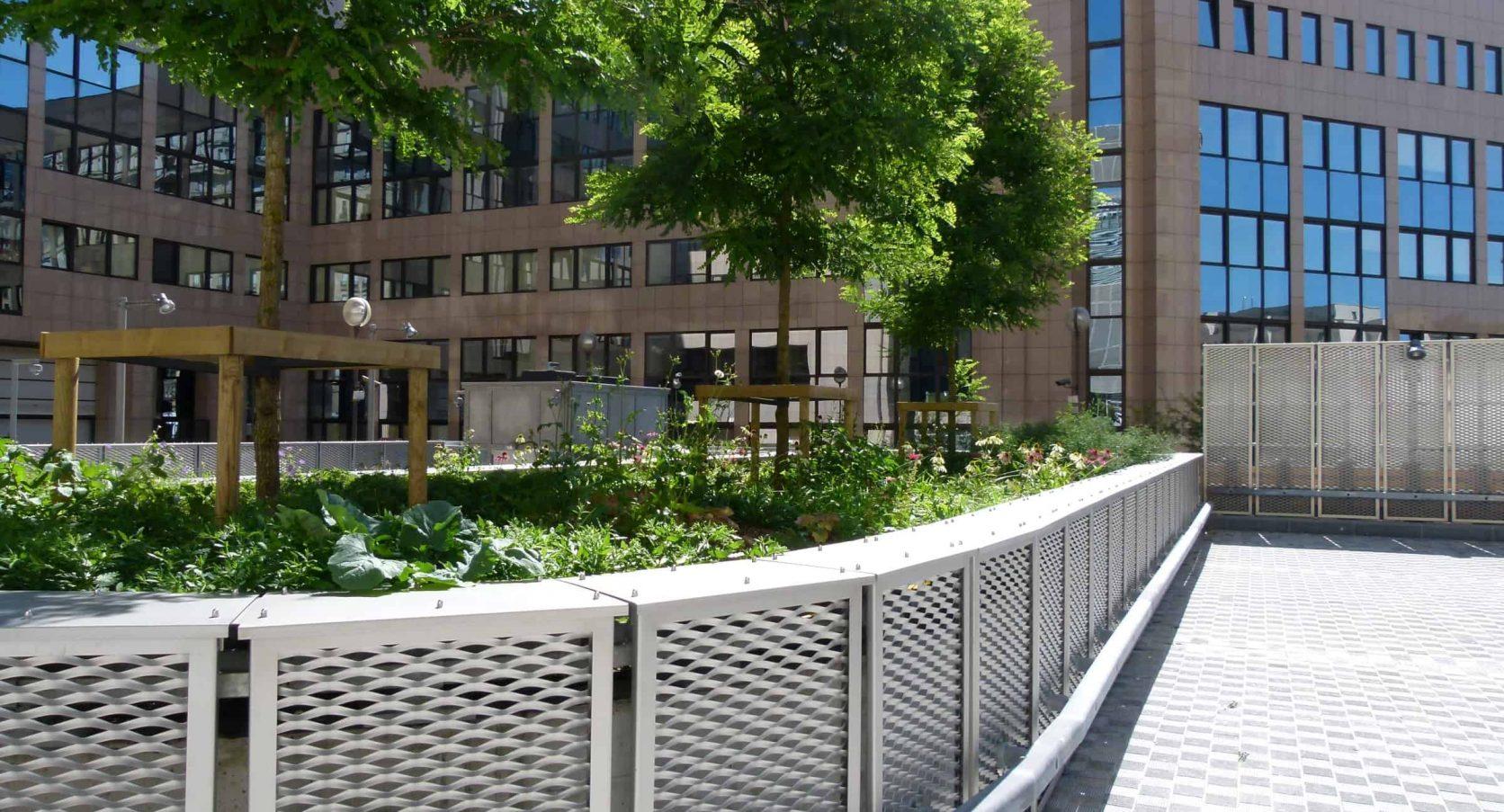 Residence Palace in Brussel te Belgie voorzien van terreinafscheiding van rvs MD Strekmetaal met een stalencontructie