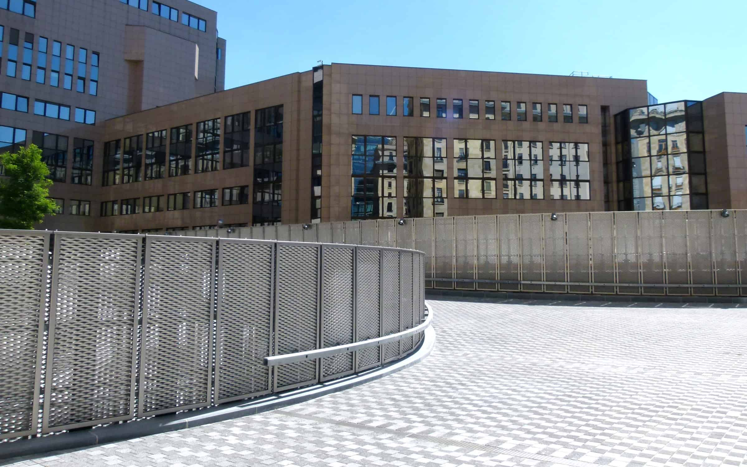 Terreinafscheiding van rvs strekmetaal van het Residence Palace in Brussel te België