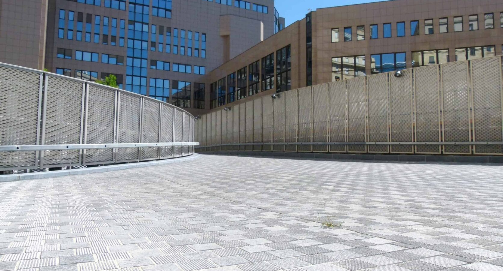 Terreinafscheiding met MD Strekmetaal rvs op het terrein van Residence Palace te Brussel in België