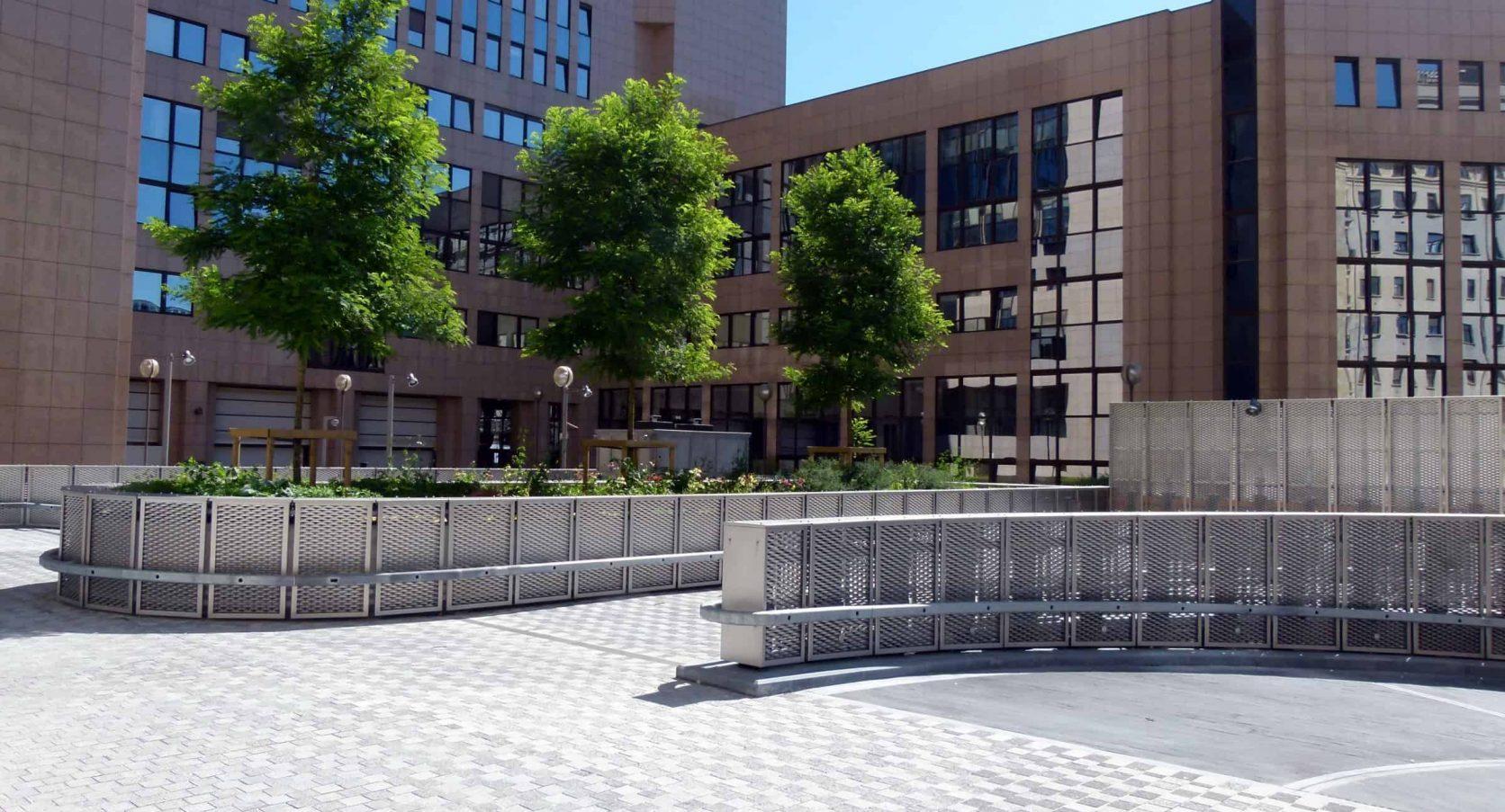 Terreinafscheiding van RVS strekmetaal met stalen vangrail bij het Residence Palace in Brussel te België