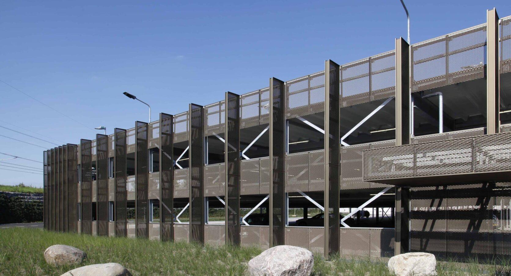 Parkeergarage in Roosendaal voorzien van een strekmetalen gevelbekleding met open karakter voor voldoende ventilatie