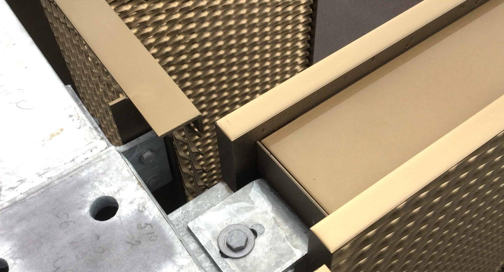 Detail van een bevestiging van de strekmetaal cassettes aan de staalconstructie bij Parkeergarage Rosada Fashion Outlet in Roosendaal