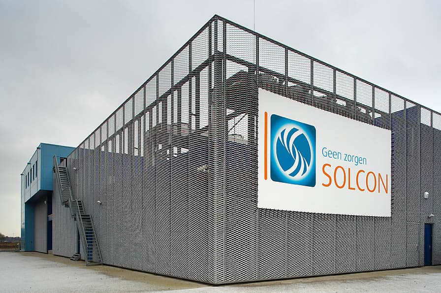 Vooraanzicht van het Datacentrum Solcon in Apeldoorn welke voorzien is van MD strekmetaal gevelbekleding
