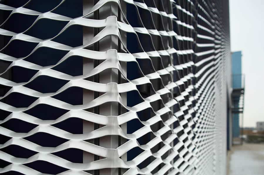Een mooi hoekdetail van de gevelpanelen van MD Strekmetaal bij het Datacentrum Solcon in Apeldoorn