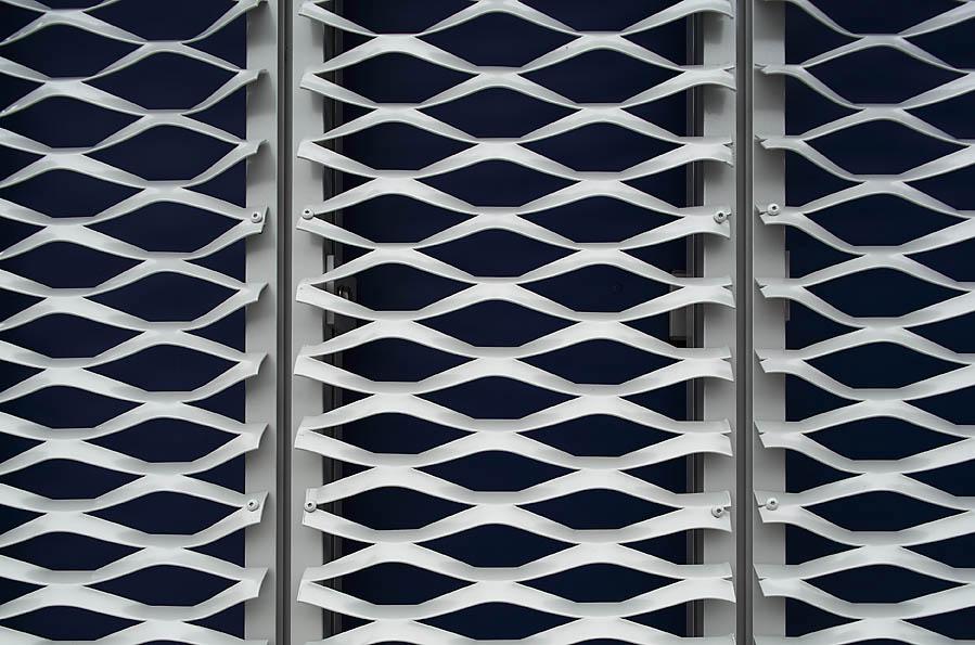 Detail van de gevelpanelen van strekmetaal bij het Datacentrum Solcon in Apeldoorn
