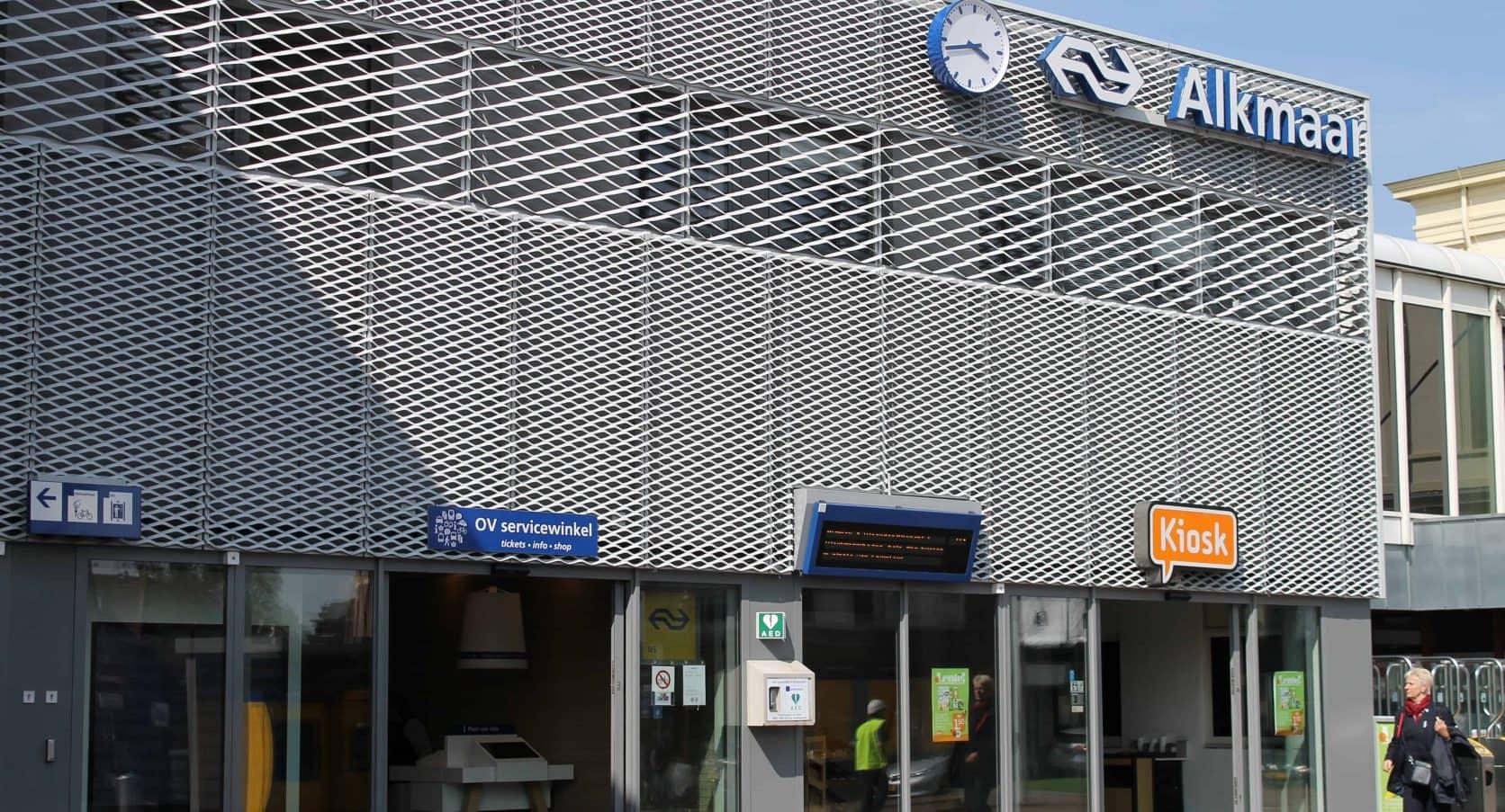 Detail van de gevelbekleding van Strekmetaal en Designperforatie op het Station in Alkmaar