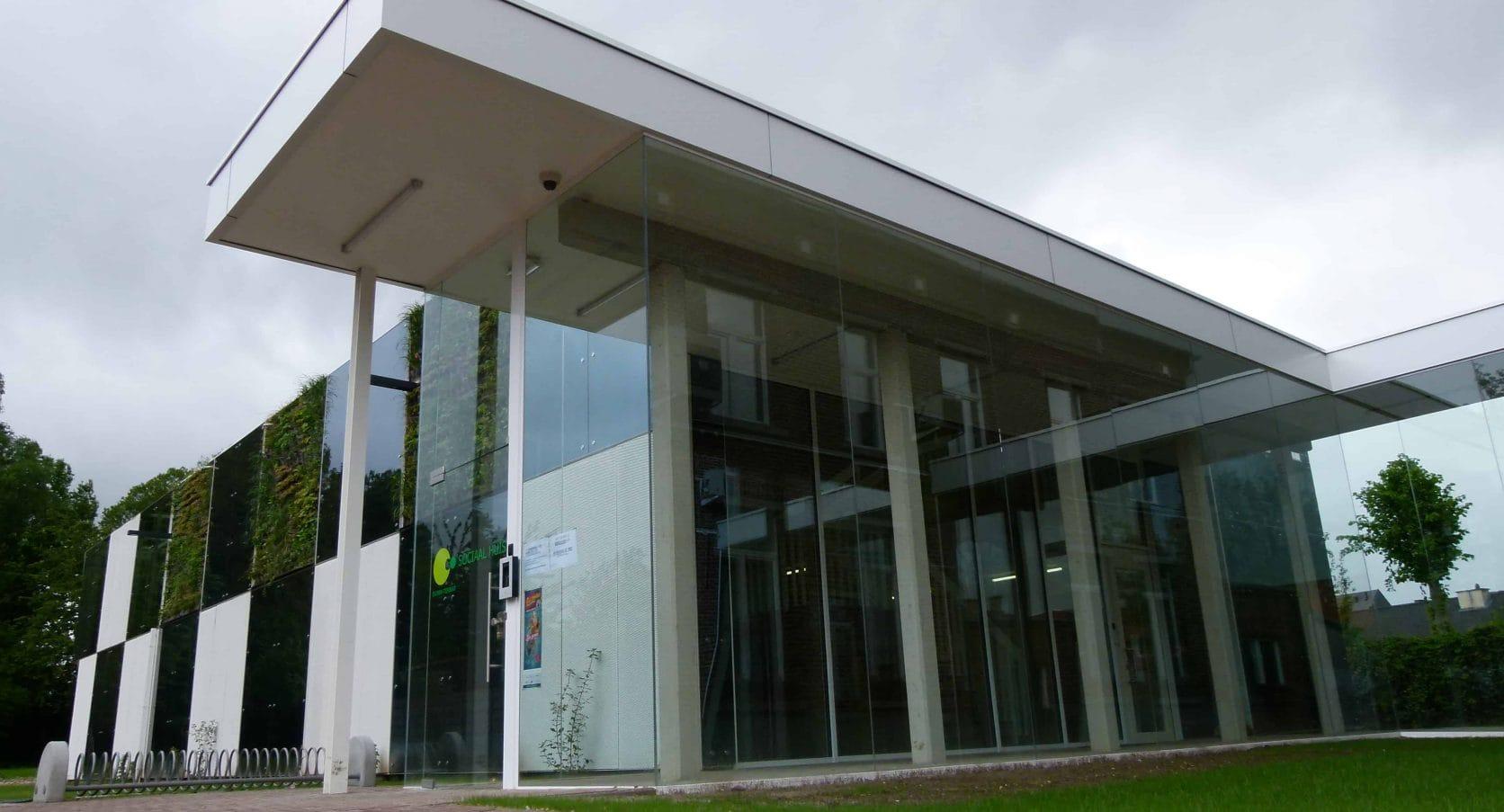 Ingang van het Sociaal Huis in Ternat, welke ontworpen is door architect De Bouwerij, uitgerust met MD Strekmetaal en Flack gevelbekleding
