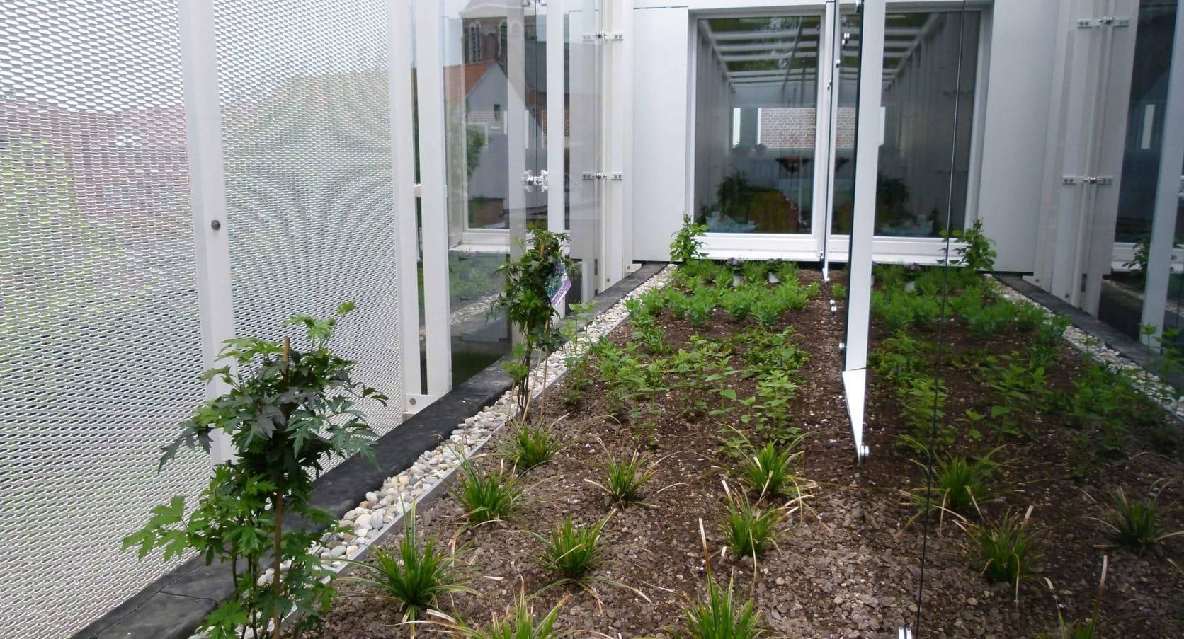 Binnentuintjes van het Sociaal Huis in Ternat dat is voorzien van strekmetalen gevelbekleding