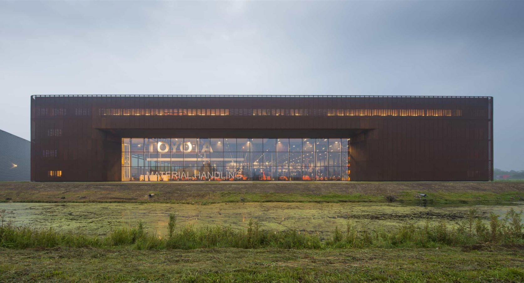 Gevelbekleding van cortenstaal bij Toyota Material Handling in Ede is ontworpen door Rempt van der Donk architectuur
