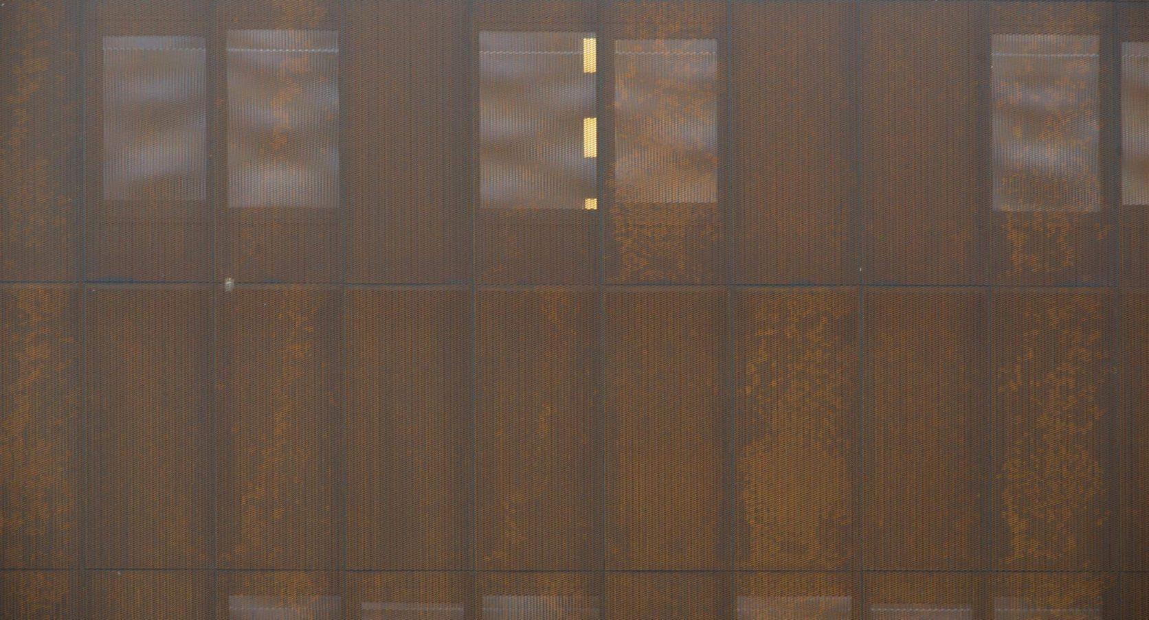 Corten Strekmetaal panelen als gevelbekleding bij Toyota Materyal Handling in Ede