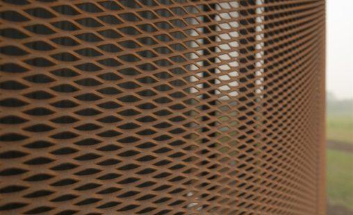 Detail van het corten strekmetaal van de gevel van Toyota Material Handling in Ede