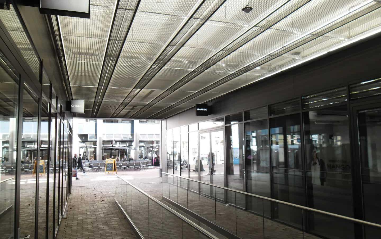 Voorbeeld van een plafond met strekmetaal en ledverlichting bij het Winkelcentrum aan het Emmaplein in Zeist