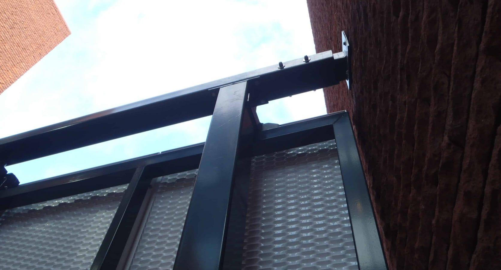 Detail bevestiging van de MD Strekmetaal toegangsdeuren bij het Stadskantoor Zijlpoort in Haarlem
