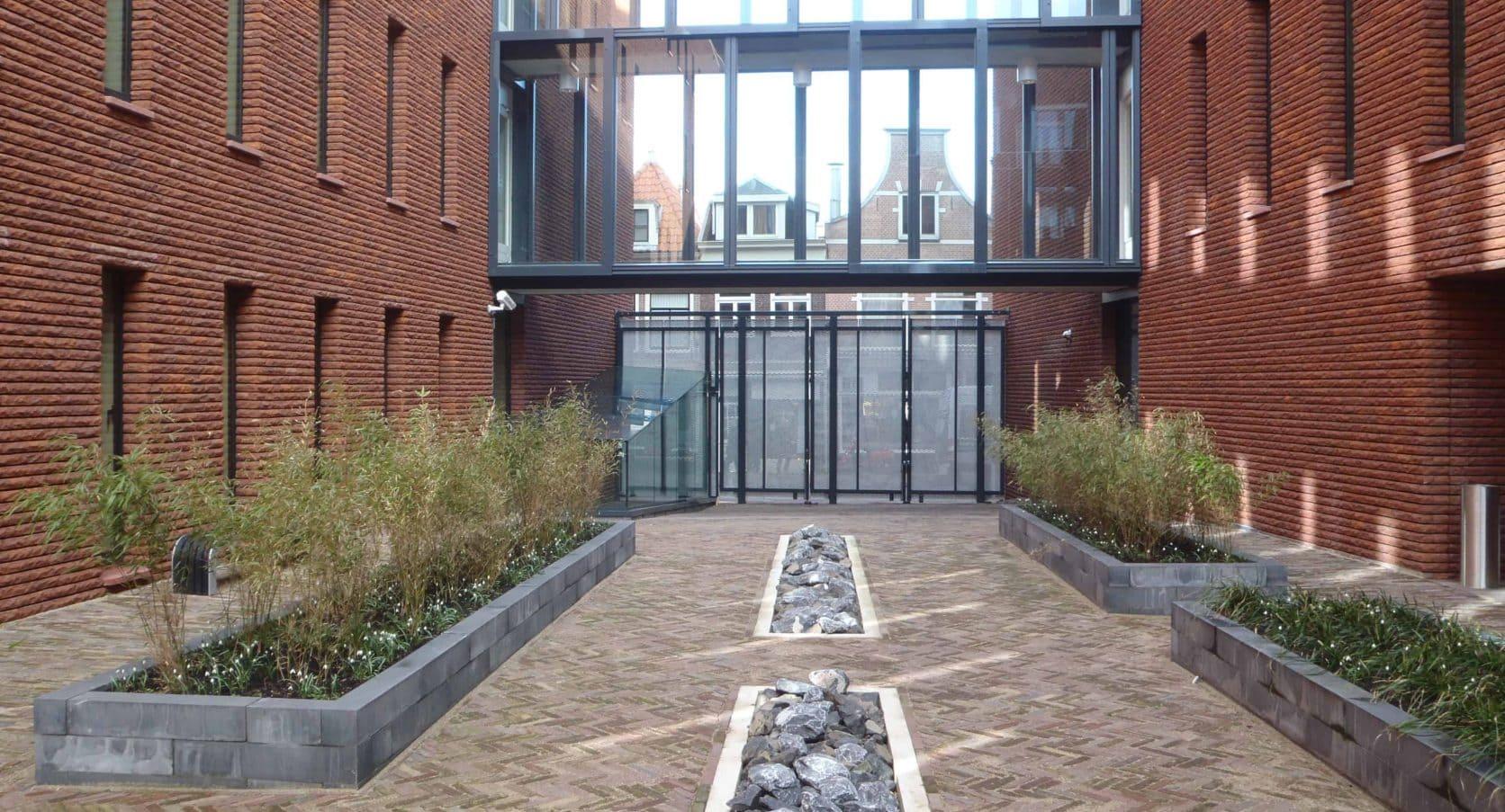 Binnenkant van het Stadskantoor Zijlpoort in Haarlem met zicht op de MD Strekmetaal toegangsdeuren