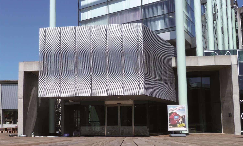 Vooraanzicht van de MD Strekmetaal gevelbekleding van het NAI in Rotterdam