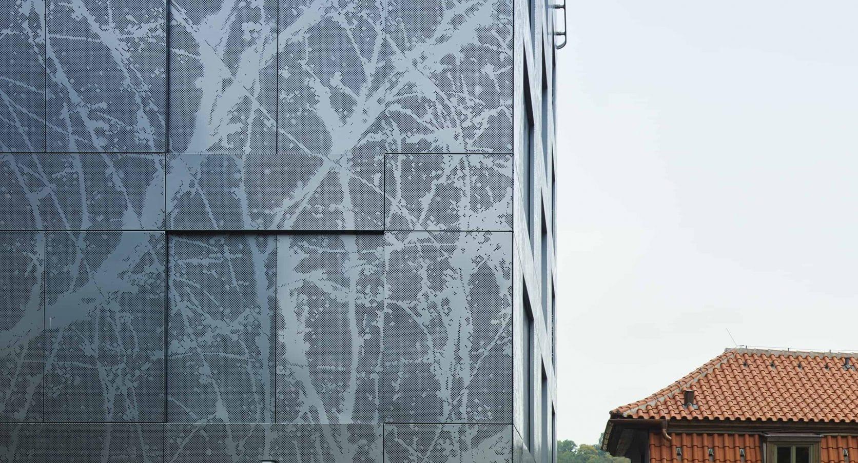 Detail van de MD Designperforatie gevelbekleding met boomstructuur van het gebouw Old Town Court in Praag