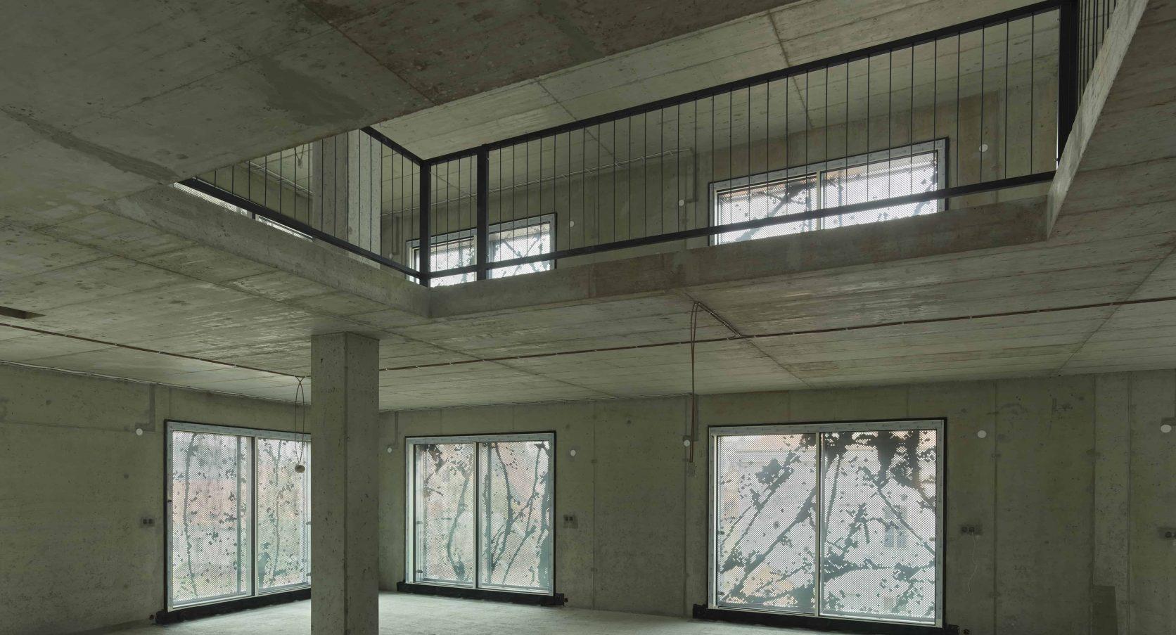 Zicht van binnenuit met gevel designperforatie bij project Old Town Court in Praag