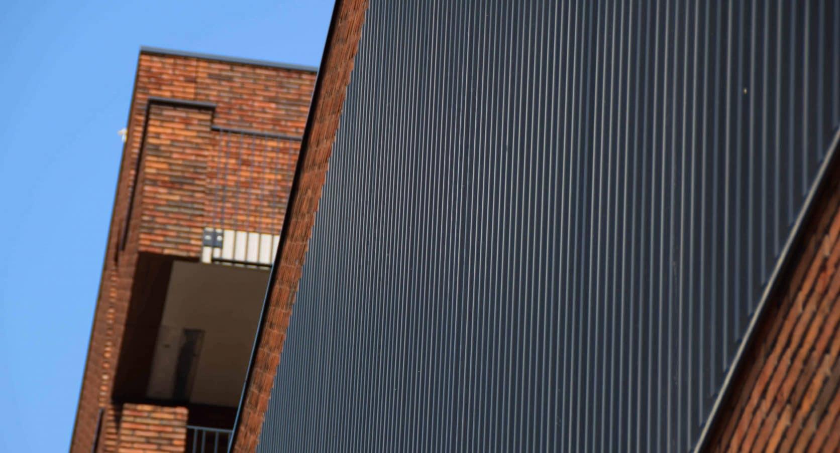 Close-up van de aluminium lamellen van het Winkelcentrum De Hoven in Delft