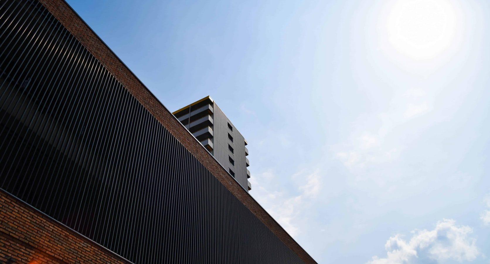 Winkelcentrum De Hoven in Delft voorzien van aluminium lamellen, wat dient als gevelbekleding