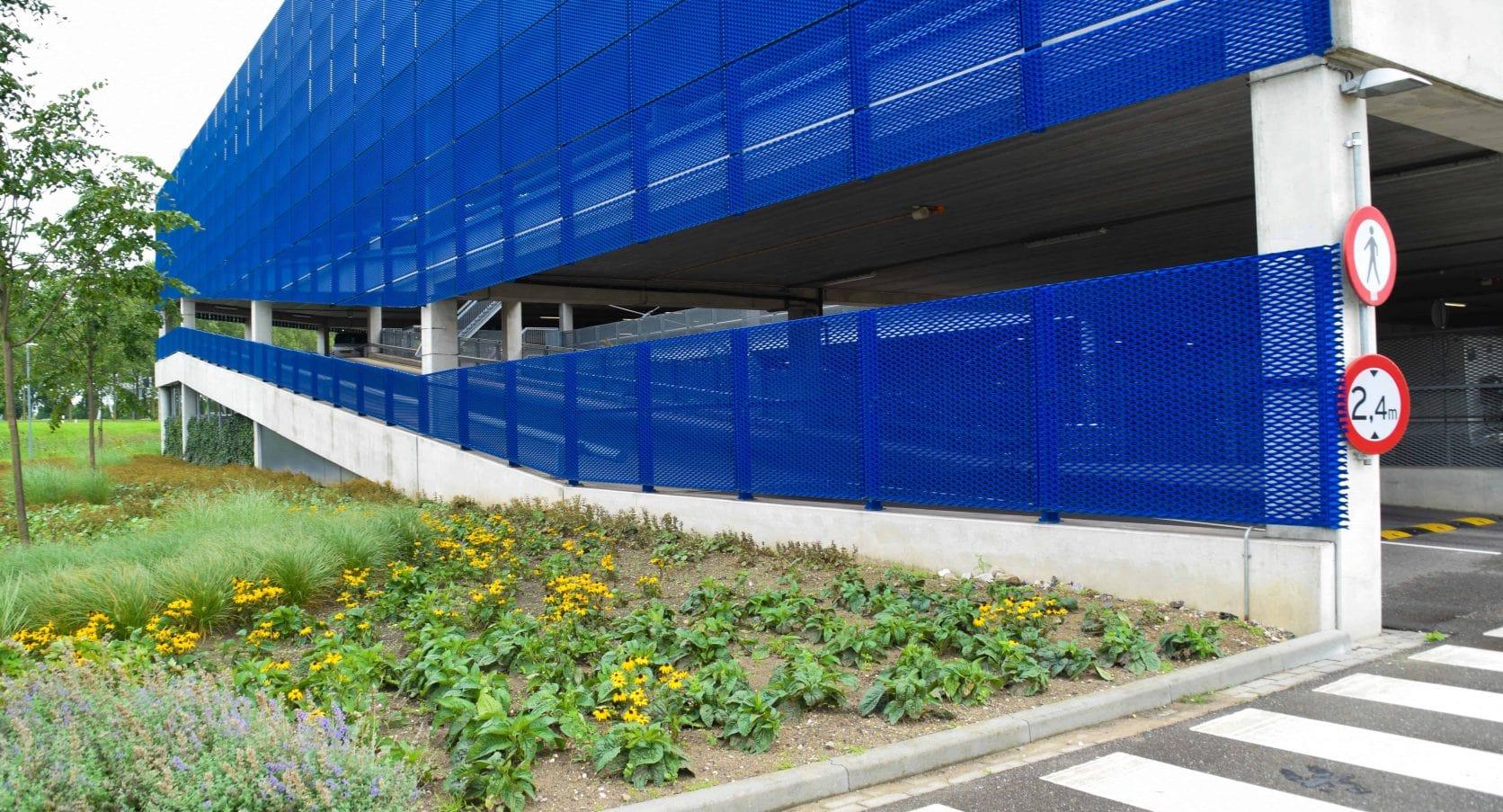 Detail van de Strekmetaal gevelpanelen van de Parkeergarage van de Ikea in Duiven