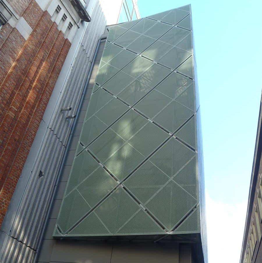 Cultuurcentrum De Werf te Aalst in België dat is uitgerust met MD Designperforatie gevelbekleding in de kleur groen gemaakt van koper