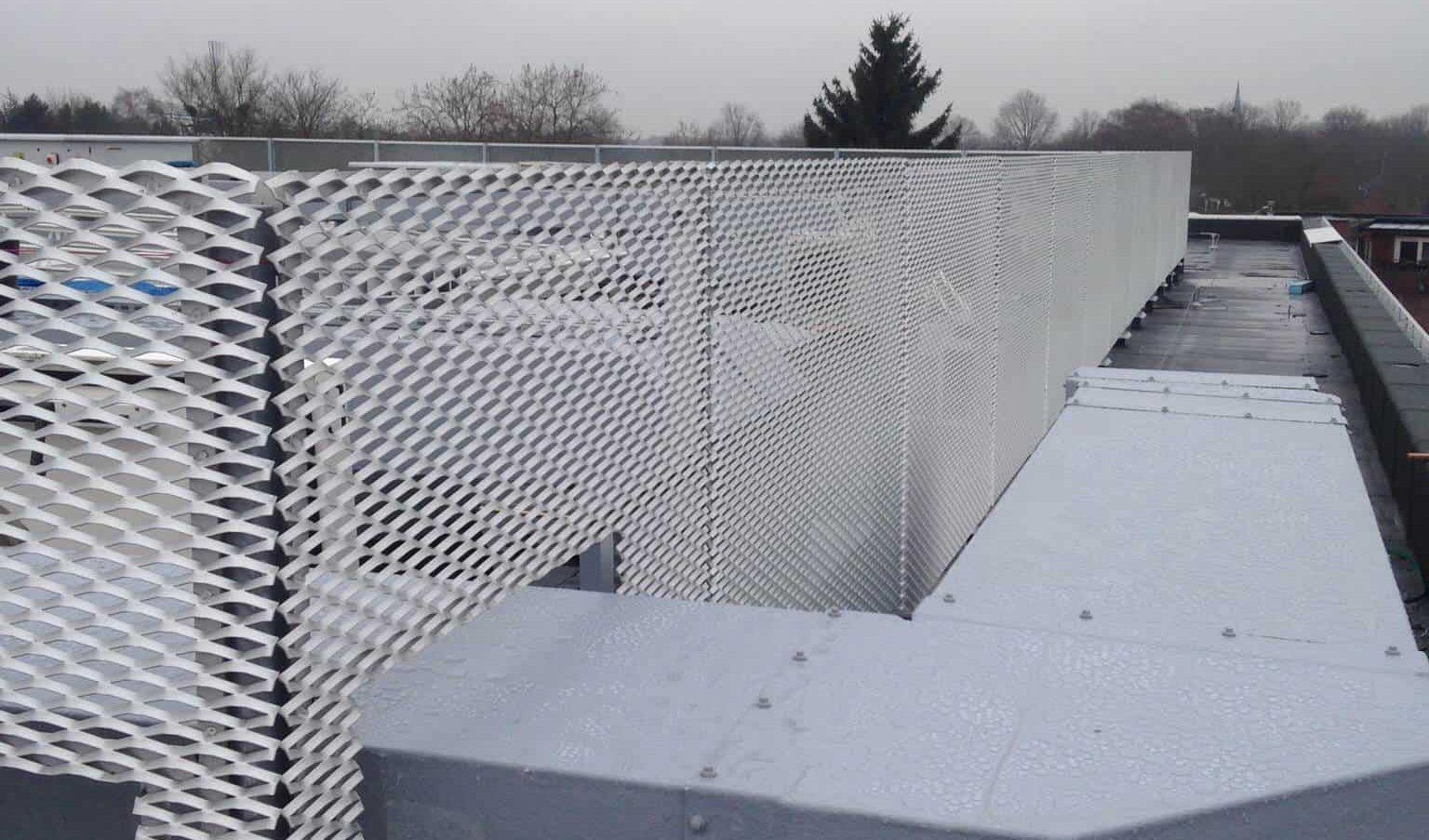 Rabobank Dommelstreek in Geldrop voorzien van een dakopbouw van strekmetaal blank geanosideerd