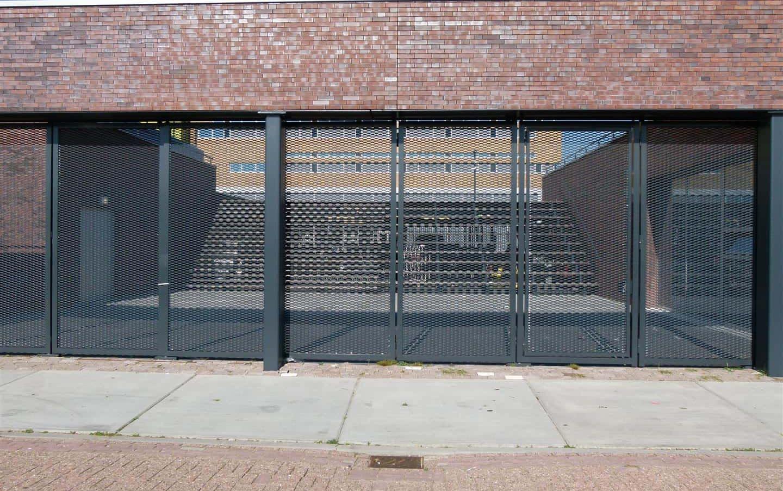 Vooraanzicht van de toegangspoort van MD Strekmetaal van het Haarlem College in Haarlem
