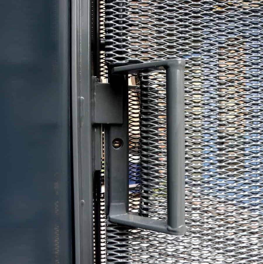 Detail van de toegangsdeur van MD Strekmetaal bij de ING Amsterdamse Poort in Amsterdam