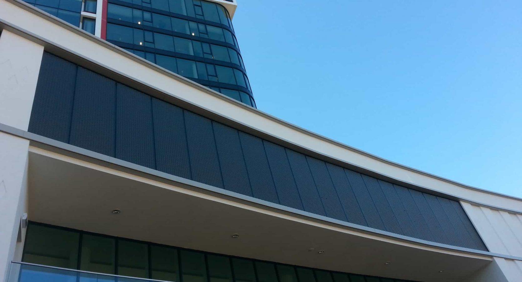 Vooraanzicht van het Stadhuis in Almelo, dat is uitgerust met MD Strekmetaal gevelbekleding