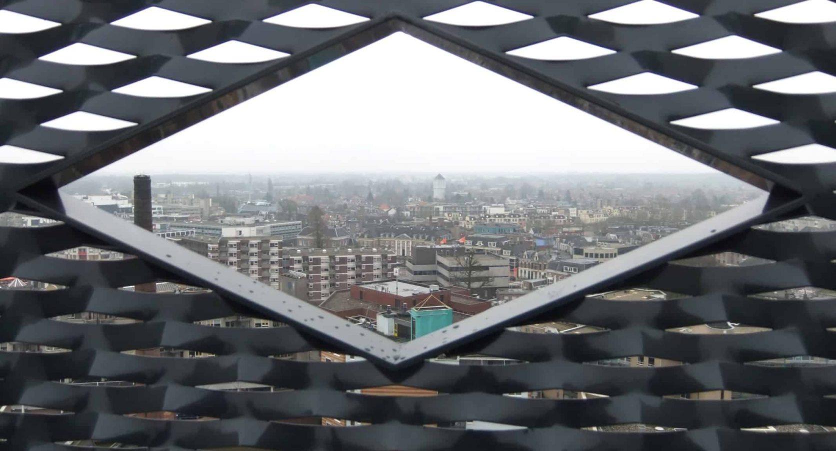 Detail van de MD Strekmetaal gevelbekleding van het Stadhuis in Almelo