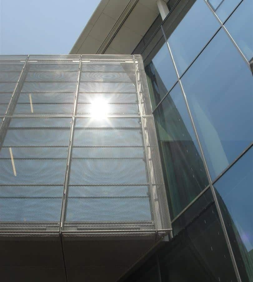 Zonwering in de vorm van MD Strekmetaal panelen bij de luchtbrug van het Gemeentehuis Lansingerland