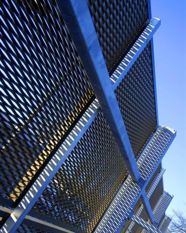 Detail van de MD Strekmetaal panelen bij de Parkeergarage Catalyst in Eindhoven