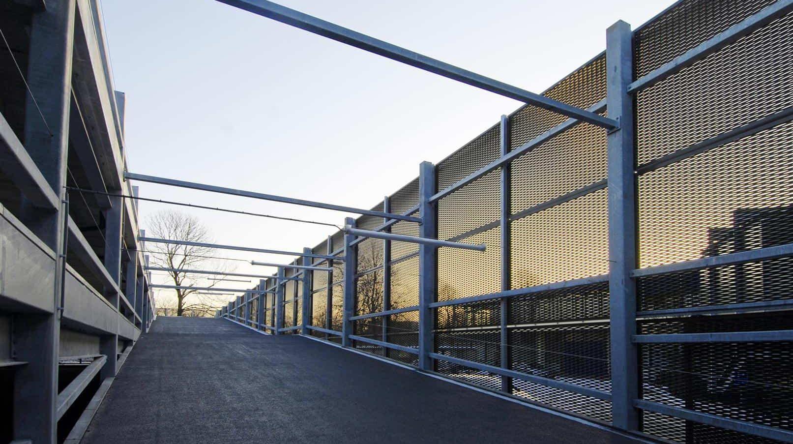Ingang van de Parkeergarage Catalyst in Eindhoven dat voorzien is van een MD steekmetaal gevel