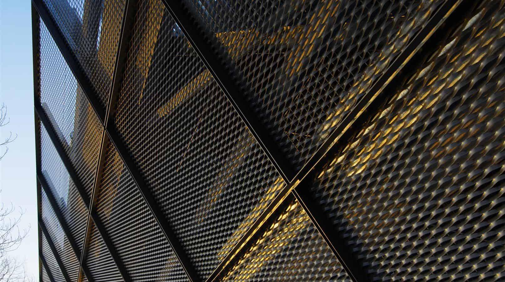 Detail van de strekmetalen gevelbekleding van de Parkeergarage Catalyst in Eindhoven