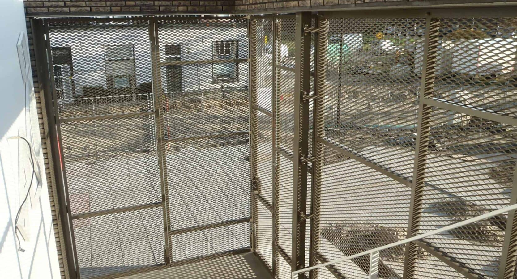 Detail van de MD strekmetaal inbraakwerende poort op de PWA school in Tiel