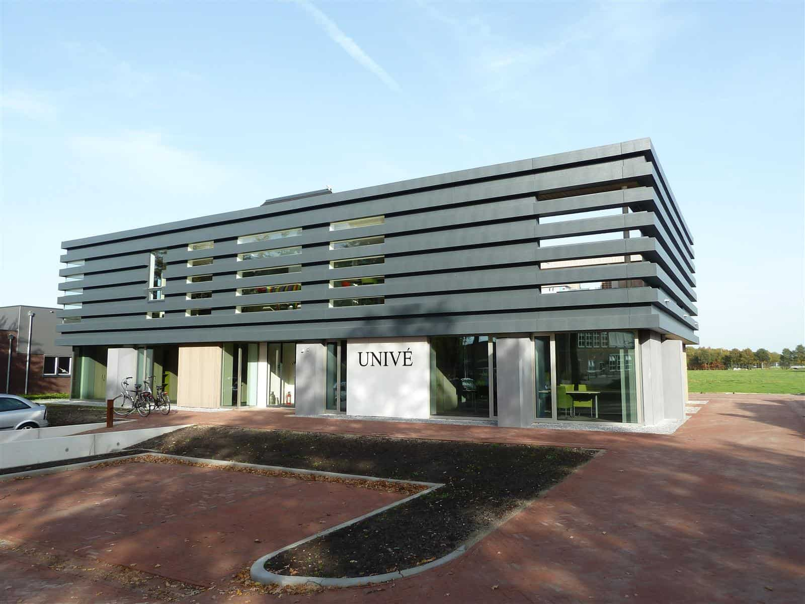 Voorkant van het kantoor Univé in Dwingeloo uitgerust met een MD Flack gevel in brede stroken