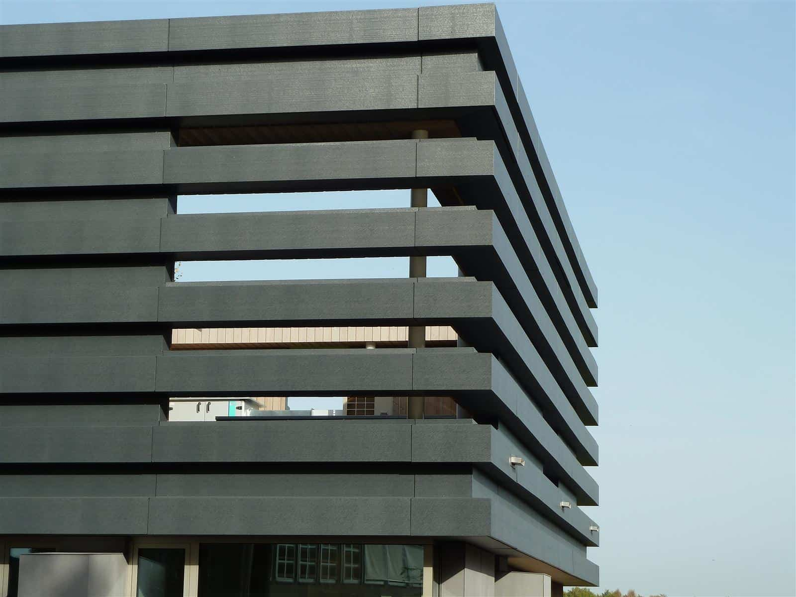 Het kantoor Univé in Dwingeloo heeft een gevelbekleding van MD Flack in brede aluminium-composiet stroken