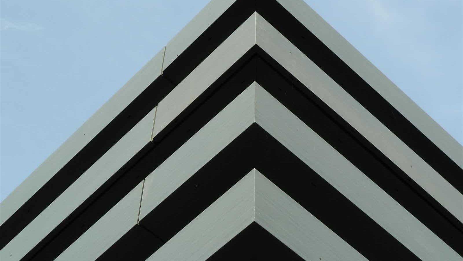 Aluminium composiet MD Flack gevel in brede stroken bij het kantoor Univé in Dwingeloo