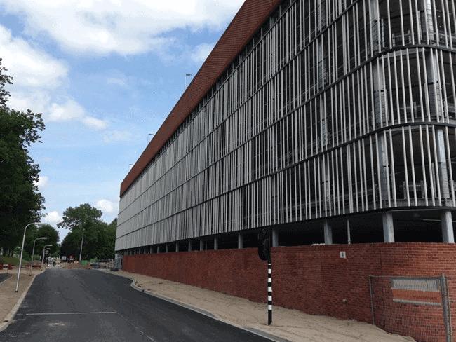 Parkeergarage Zaans Medisch Centrum Zaandam voorzien van gevelbekleding met MD Lamel