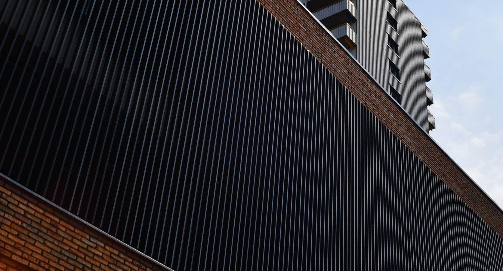 Gevel voorzien van aluminium lamellen bij het Winkelcentrum De Hoven in Delft