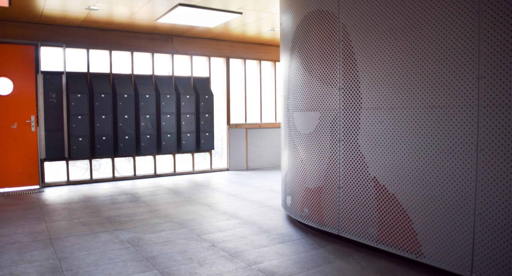 Woontoren Tuindorp West in Utrecht voorzien van interieurbekleding van geperforeerd staal