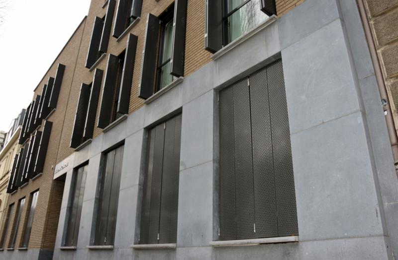 Close-up van de Designperforatie luiken voor zonwering en privacy van Appartementencomplex aan de Wilhelminasingel in Maastricht