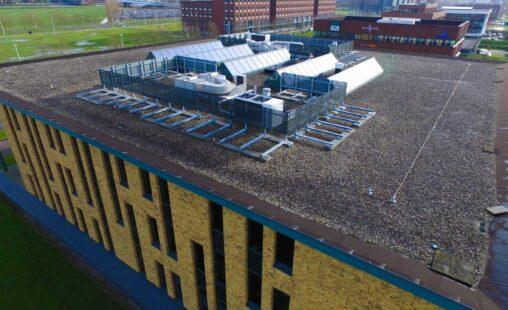 Bovenaanzicht van de dakopbouw bij het Kantoorgebouw aan de Ortelisalaan in Utrecht