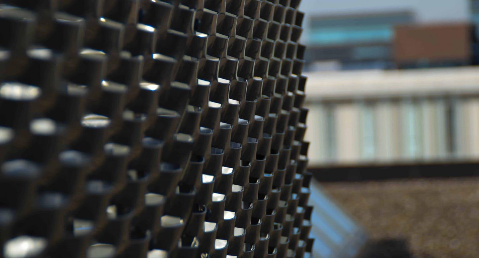 Detail van de MD Strekmetaal panalen van de dakopbouw bij Ortelisalaan in Utrecht