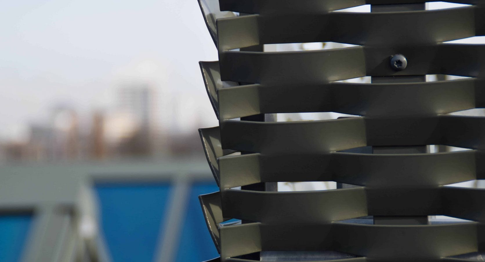 Hoekdetail MD Strekmetaal dakopbouw als afscherming van installatie bij Ortelisalaan in Utrecht