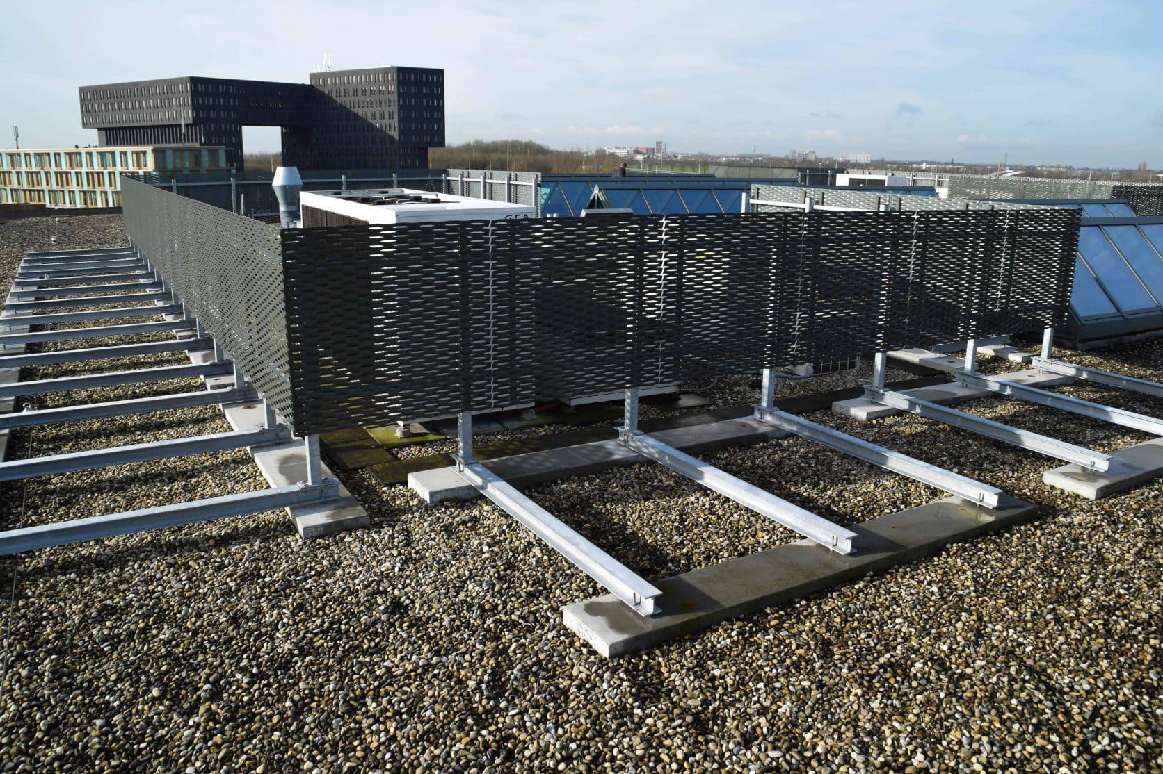 MD Strekmetaal dakopbouw als afscherming van installaties bij Ortelisalaan in Utrecht