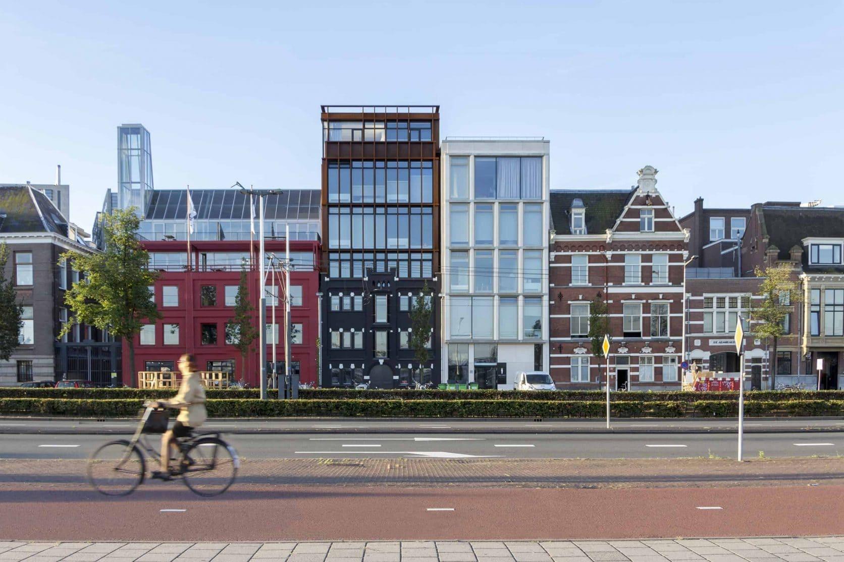 Vooraanzicht van het hotel aan de DeRuyterkade in Amsterdam, welke uitgerust is met MD Flack gevelbekleding